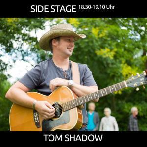 Tom Shadow in kleiner Besetzung mit Country Folk Blues Rock - Akustisch als Singer-/Songwriter, begleitet von Jens am Schlagzeug